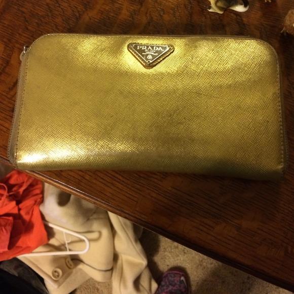 Купить женские сумки и клатчи Prada в интернет-магазине