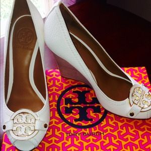 NWT TORY BURCH CREAM/IVORY LEATHER WEDGE/HEEL 8