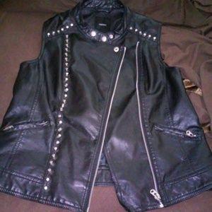 Vest with zipper close