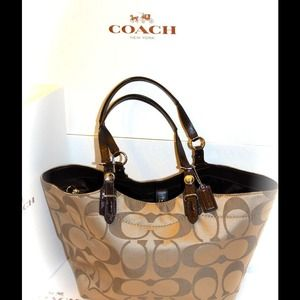 SOLD!! 🎯SOLD!! 🎯PRE-OWNED AUTHENTIC COACH PURSE.