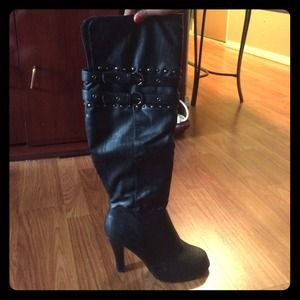 Black kneehigh boots