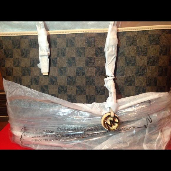 942610c0fe93a7 Michael Kors Bags | Brand New Jet Set Multi Logo Tote | Poshmark