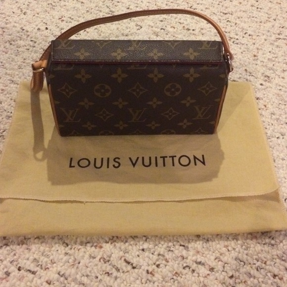 881561c01389 Louis Vuitton Handbags - 100% Louis Vuitton Recital bag