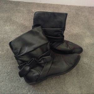 American Eagle Outfitters Boots - Black ankle pointy flat boots with a side bow