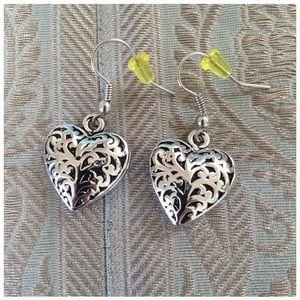 Jewelry - NWOT dangling heart earrings🎉2xHP🎉