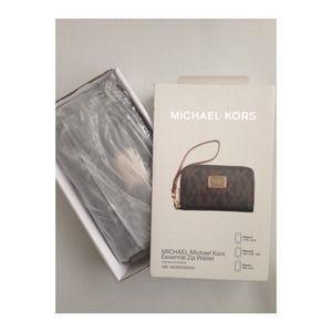 REDUCED MICHAEL Michael Kors Essential Zip Wallet