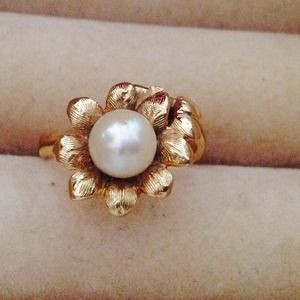 Jewelry - SPECIAL TODAY ONLY 14k gold daisy W/ gen. Pearl.