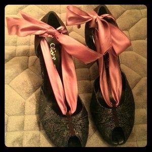 *CLOSET CLEARANCE* Vintage style! Ankle tie pump!