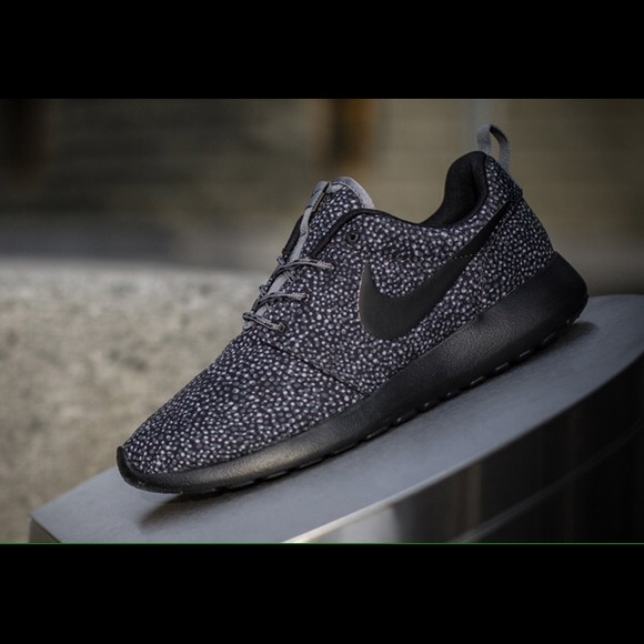 cheap for discount 2ae37 4ebcc Black / Grey / White Spotted Roshe runs