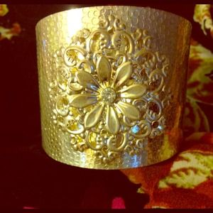 SALEBeautiful Silver floral Cuff