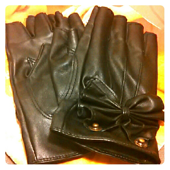 Fingerless faux leather gloves