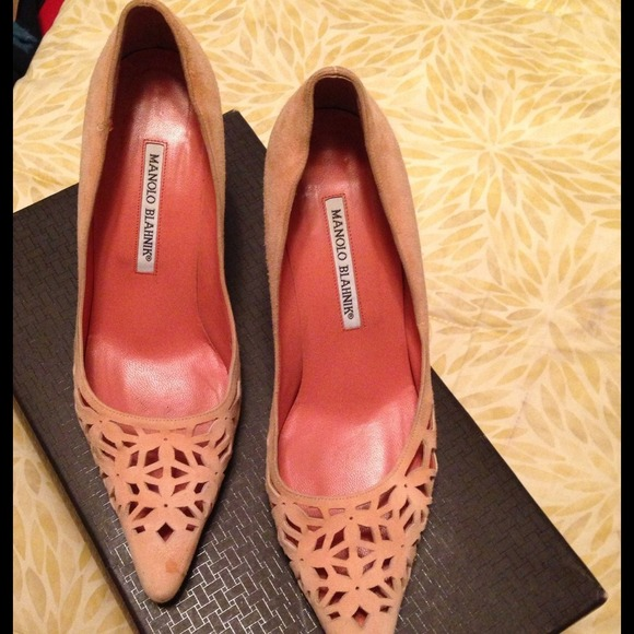 Manolo Blahnik Suede Cutout Pumps cheap sale 2014 unisex Cheapest cheap price new styles online free shipping for nice outlet get to buy 7h32pM