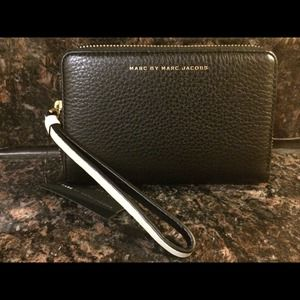 Marc Jacobs Sophisticato Mildred phone wristlet