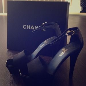 Chanel authentic!!! Beautiful black heels.