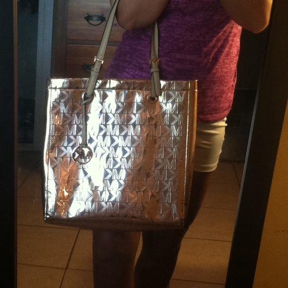 5783febae9d78 Tote MK Signature Mirror Metallic Pale Gold lightbox moreview ... Michael  Kors Bags - Michael Kors Metallic Rose Gold Handbag ...
