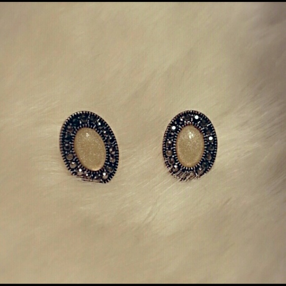 Jewelry - Silver and Off-White Oval Earrings