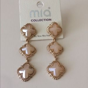 Beige clover earrings