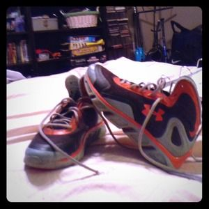 Nice under armour spine shoes great condition