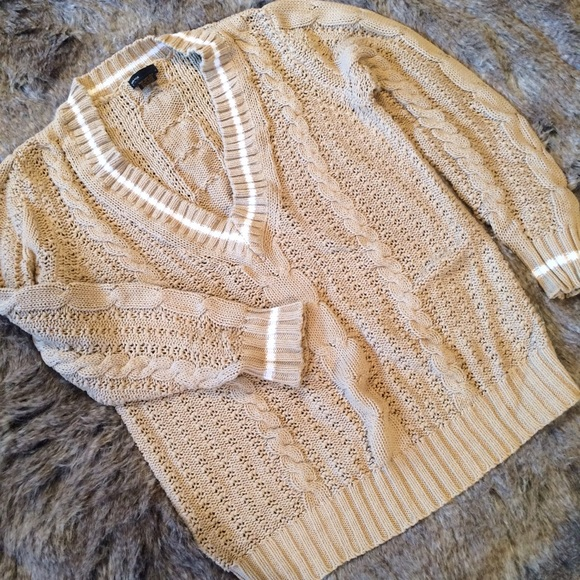 ❎  Tan and cream oversized cable knit sweater.