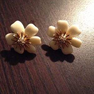 Jewelry - Cream and gold floral earrings