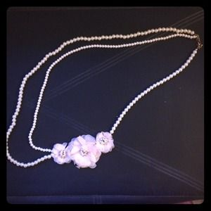 Long pearl necklace with lace flower