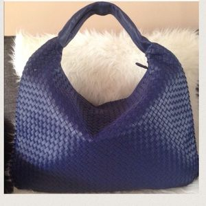 Bottega Veneta. Maxi Veneta Hobo midnight blue