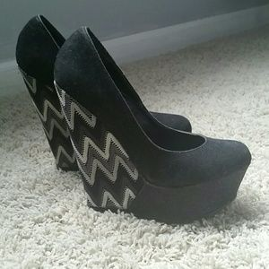 Liliana Shoes - FINAL DISCOUNT Liliana suede with chevron wedge 💙