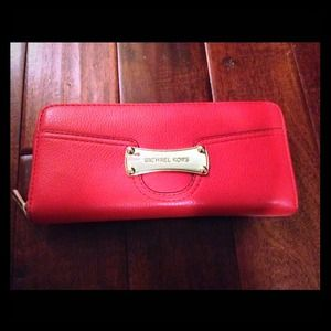 Michael Kors Handbags - 💥 EUC!! Michael Kors Zip Around Wallet