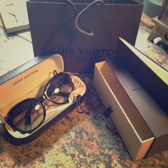 1b2f7c3bf6 Louis Vuitton Accessories - 😎✨Hortensia Cat Eye 😻 Louis Vuitton sunglasses