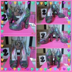 💕Betsey Johnson peep toe heels graphic rose print