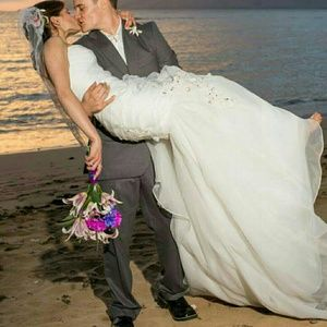 AVAILABLE!  Wedding dress 💍
