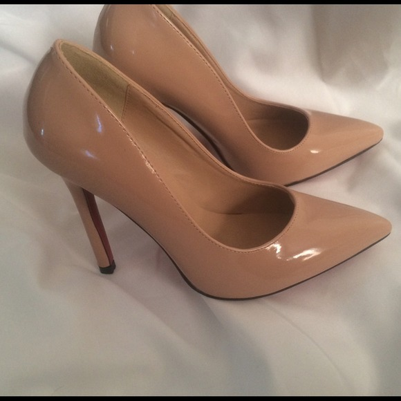 huge discount 9e7e5 085e6 Nude and black patent leather red bottom pumps NWT