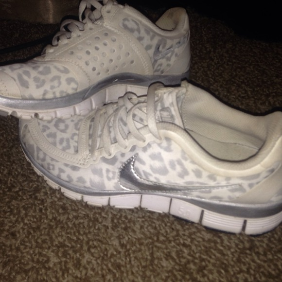 nike leopard print shoes white