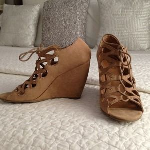 BONGO Shoes - Lace up wedge sandals in faux suede nude