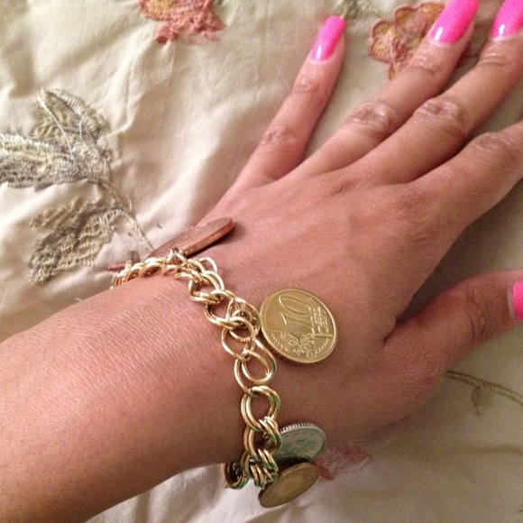 We offer fine unique Italian Sicilian jewelry created where non residents rarely go, to a time and place inside the daily rhythm's of life, where goldsmiths are noted for detailed gold and silver jewelry.