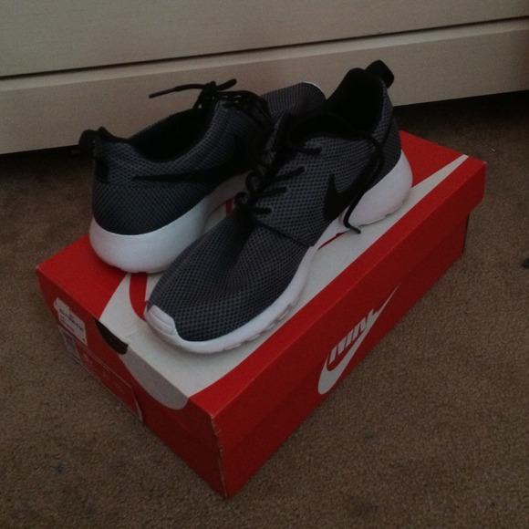 brand new eff36 7afb2 Boys Nike roshe runs.