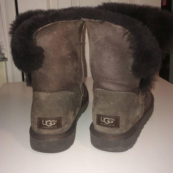 e5f899b1f30 Size 8 chocolate brown Bailey Button uggs