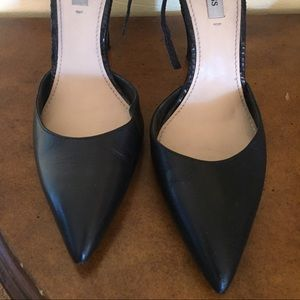 03ae28c0cfeb2 Guess abaih 2 leather heels.