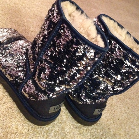 navy/silver flip sequence uggs.