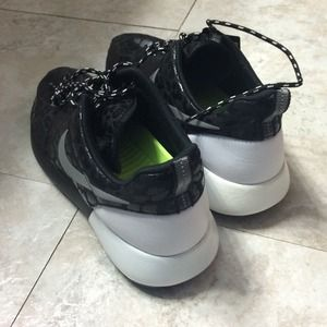 e219317b5c18e Nike Shoes - 🚫SOLD ON VINTED🚫 Black   white nike roshe