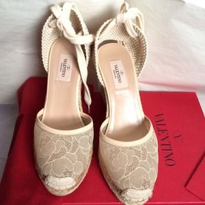 Valentino Shoes - 💥🎉👏2 HOUR SALE👏🎉💥Valentino lace wedge shoe