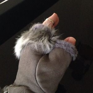 SUEDE AND FUR FINGERLESS GLOVES. GRAY