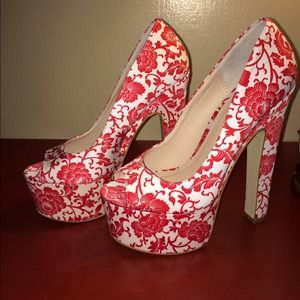 RED/WHITE FLORAL PUMPS