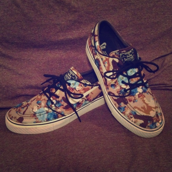 RARE/EXCLUSIVE Nike Janoski DigiFloral in Blue