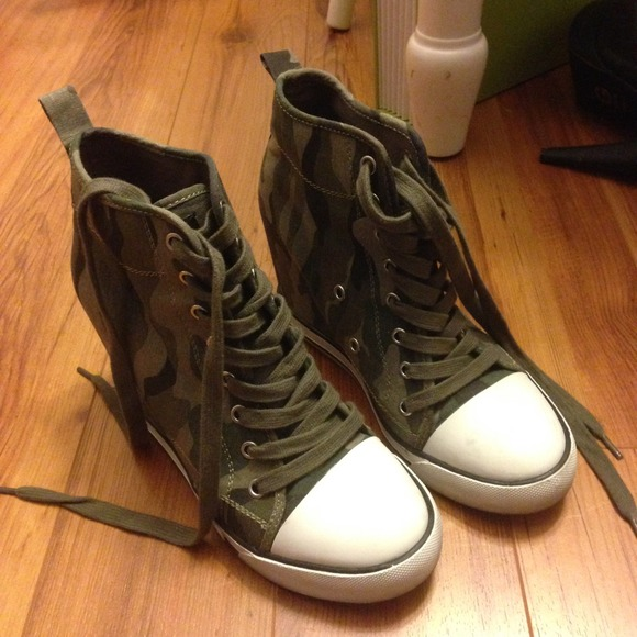 51f547fc5fd4 Guess Shoes - SALE! New Guess Camo Wedge Sneakers