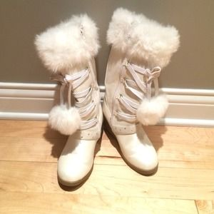 White kids boots. Size 2. New condition.