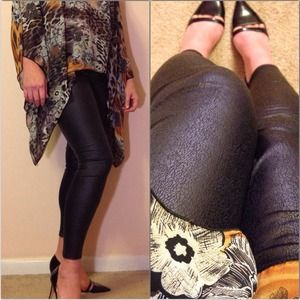 Pants - Holiday ready❤️Black crackle faux leather leggings