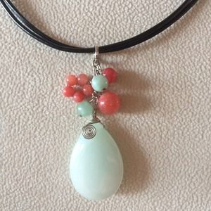 Jewelry - Bead and leather necklace