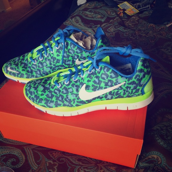 reputable site 55f4f f4ffe NWT nike lime green leopard print running shoes 8
