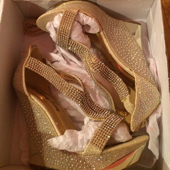 Shoes - Gold sparkly wedge